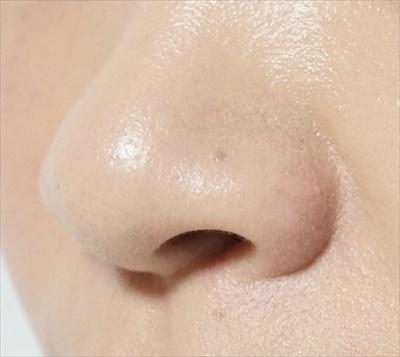 小鼻の赤みにファンデーションを塗る