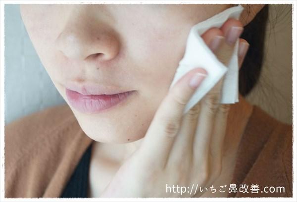 草花木果(どくだみ)の化粧をコットンに取って肌になじませる