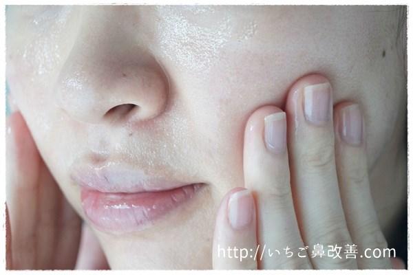 フルリのクリアゲルクレンズのを顔に塗っていく