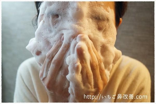 毛穴撫子の泡を顔にのせる